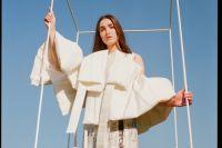 Платье миди сделано из полупрозрачной пленки, обклеенной текстурой собственного изобретения, и силикона.