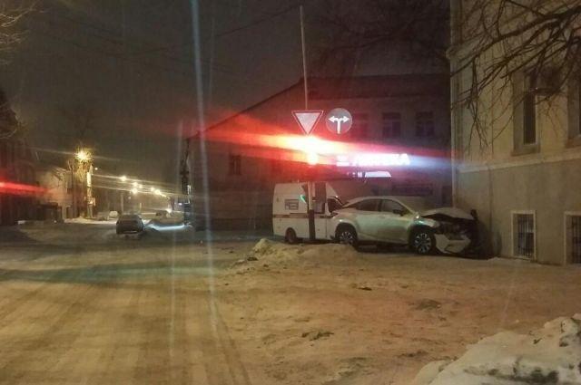 В центре Оренбурга столкнулись Lexus и «скорая»