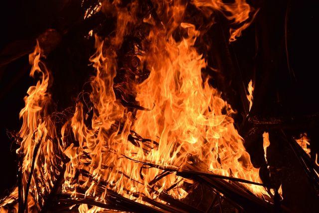 При пожаре сгорели дом и веранда.