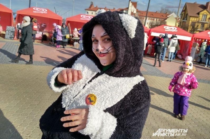 Участники в костюмах кошек получили памятные значки
