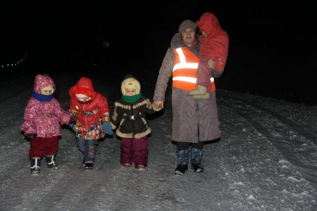 Каждое утро в любую погоду Наталья и четверо её детей пешком проходят 6 км до детского сада в соседнее село.