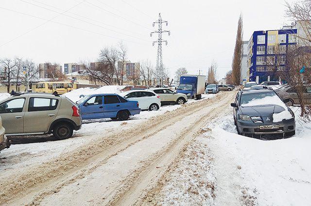 Проезд вдоль ул. Рязанской не чистили всю зиму.