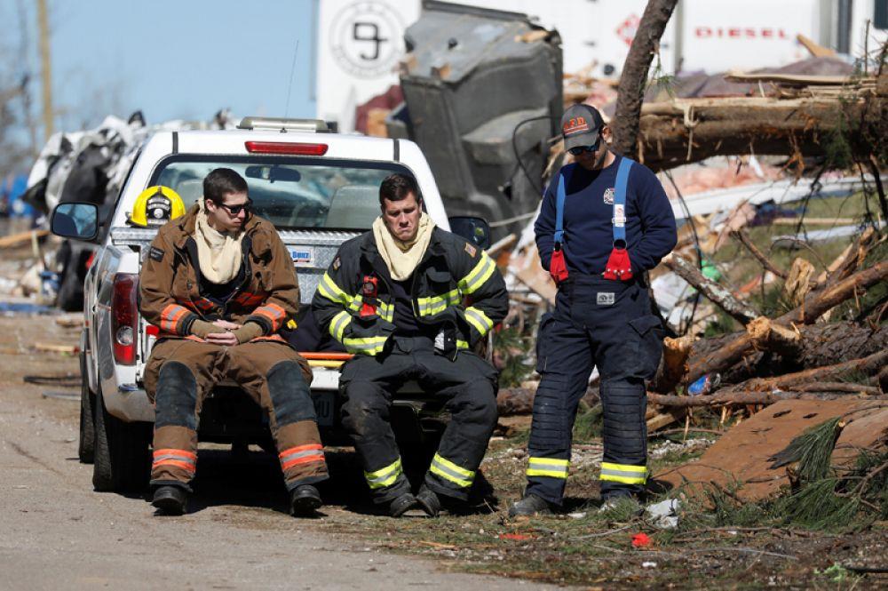 Сотрудники пожарной охраны отдыхают после спасательной операции.