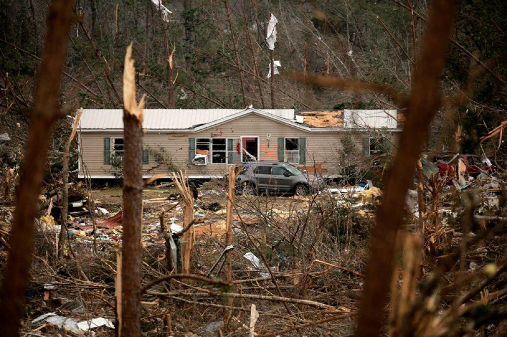 Разрушенный жилой дом после прохождения торнадо.
