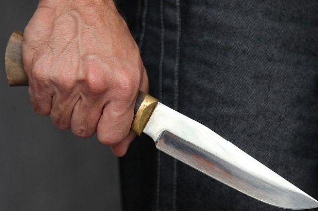 Один из полицейских был госпитализирован с многочисленными ножевыми ранениями.