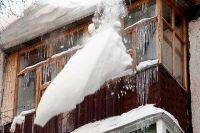 Если снег упал с жилого многоквартирного дома - следует обращаться в УК или ТСЖ.