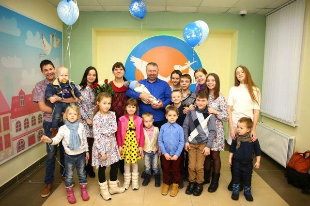 В семье Ефановых растут 22 ребёнка.