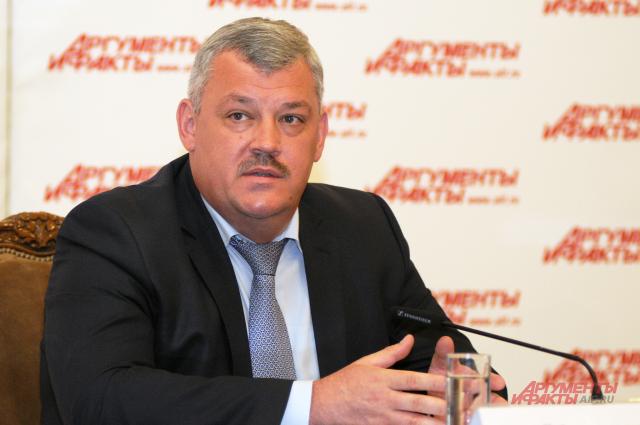 У Сергея Гапликова три высших образования.