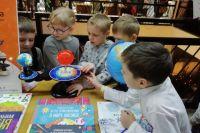 Детям и родителям показали, что учится можно не только традиционным способом, но и через книжные фестивали, дискуссии, мастер-классы.
