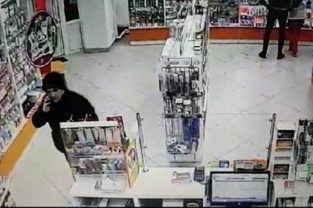Кража в аптеке: в Оренбурге разыскивается похититель инкассаторского пакета