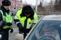 Инспекторы поздравляют жительниц Барнаула с 8 Марта