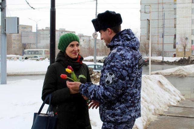 В Оренбурге росгвардейцы и автоинспекторы одарили женщин цветами