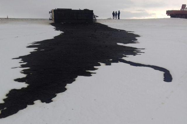 Произошел разлив нефтесодержащей жидкости на площади около 400 кв м