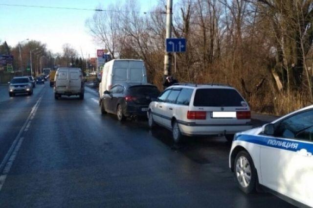 В Калининграде на улице А. Суворова столкнулись три попутные машины