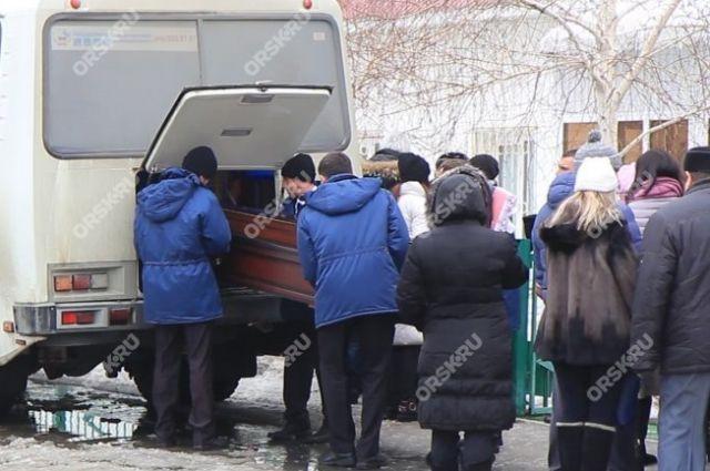В Орске в последний путь проводили убитого Дмитрия Шевелева