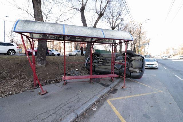 Машине не удалось избежать столкновения, из-за чего его в дальнейшем занесло в остановку общественного транспорта.
