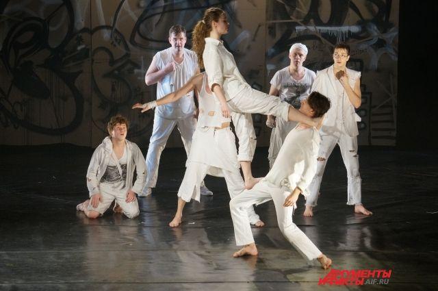 Зритель увидит, как актёры парят и летают по сцене, ходят колесом, кружатся в прыжках, бьются танцем.