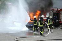 Соседи, увидев огонь на крыше здания, вызвали спасателей.
