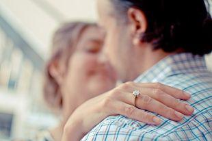 Одни мужчины просто дарят возлюбленной кольцо, а другие превращают предложение в незабываемый миг.