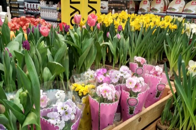 Скромный букет из пяти тюльпанов обойдется примерно в 400 рублей.