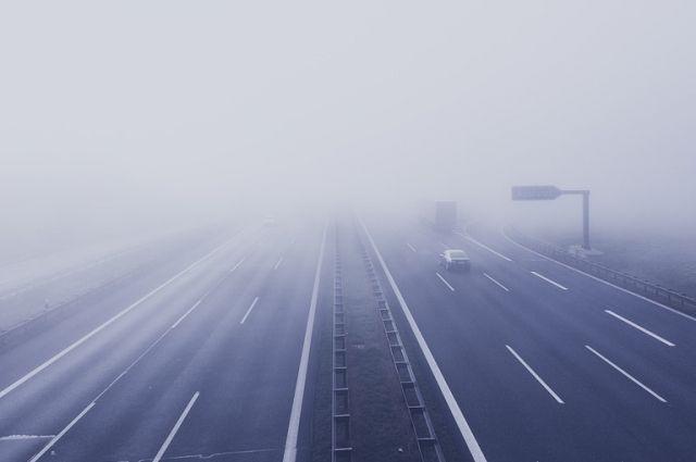 Спасатели напоминают водителям о том, что во врем сильного тумана луче воздержаться от дальних поездок.