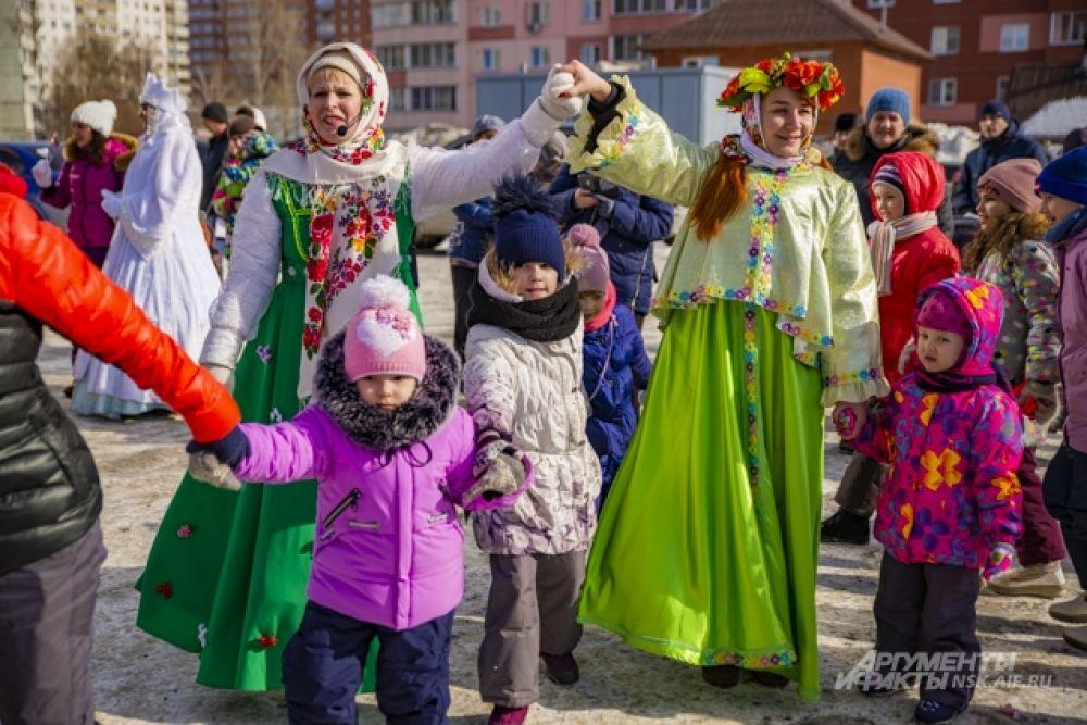 Взрослые и дети водили хороводы в компании нарядных Зимы и Весны.
