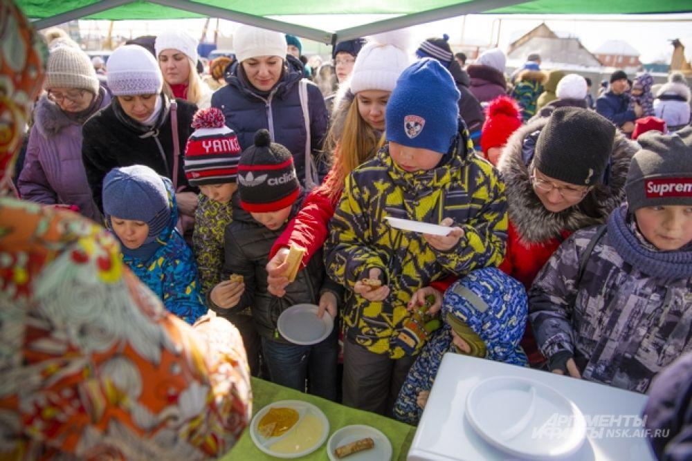 Ну, какая же Масленица без блинов? Девушки из Агропромышленного комплекса «Росторгуевский» угощали всех желающих блинами. Они их грели в микроволновке и подавали с добавками по вкусу: с мёдом, сгущённым молоком, протёртыми ягодами. Очередь к ним стояла изрядная, но продвигалась быстро. А пока грелась очередная партия блинов, посетители успевали задать вопросы: «В каком магазине продаются ваши потрясающие крылышки? А пельмени? А котлеты?»