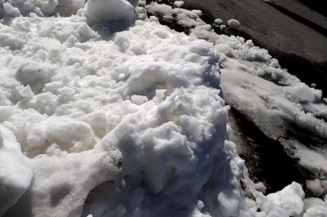 Глыбой снега завалило пожилую женщину.