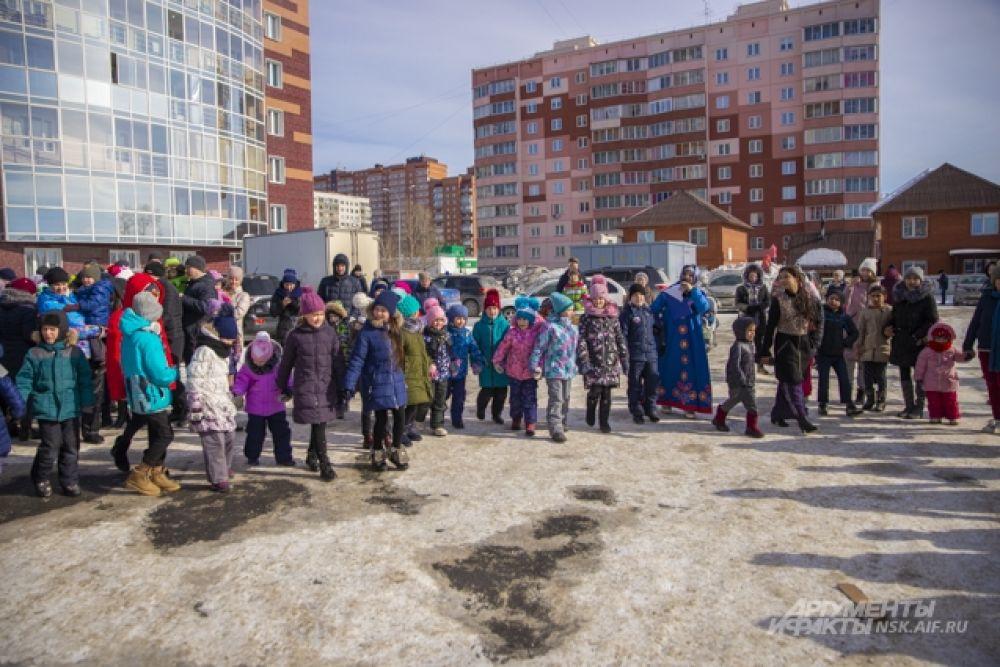Масленица в жилом комплексе «Крымский» в этом году собрала рекордное количество гостей — несколько сотен человек. На празднике было по-весеннему тепло. Надеемся, что погода и впредь будет такой же тёплой и ясной. С Масленицей, друзья!