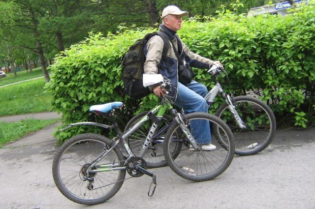 Новокузнечанин Владимир Кравченко считает, что крутить педали полезнее и экономичнее, чем ездить на машине или автобусе.