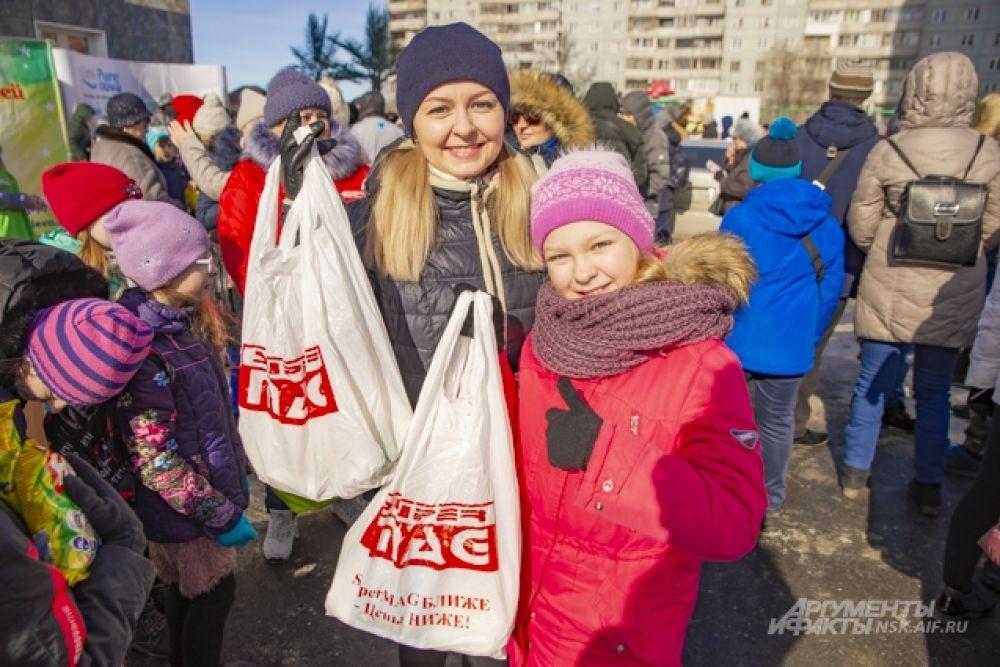 Порадовали к 8 Марта женщин и девушек призами сеть магазинов SuperMAG — в подарочных пакетах были вместительная косметичка, маска для лица, крема для рук и многое другое.