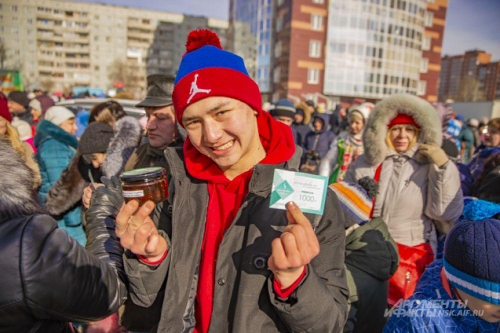 За участие в конкурсах по распиливанию дров гости получили в подарок вкусное варенье от Славянского Дом-бани «Жыхарка» и сертификаты клиники «Доктор Ост».