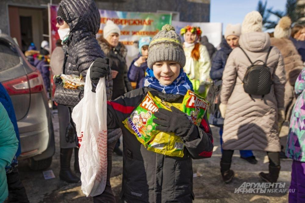 За волю к победе в конкурсах ребятишки получали вкусные призы — пряники и кукурузные палочки «Никитка».