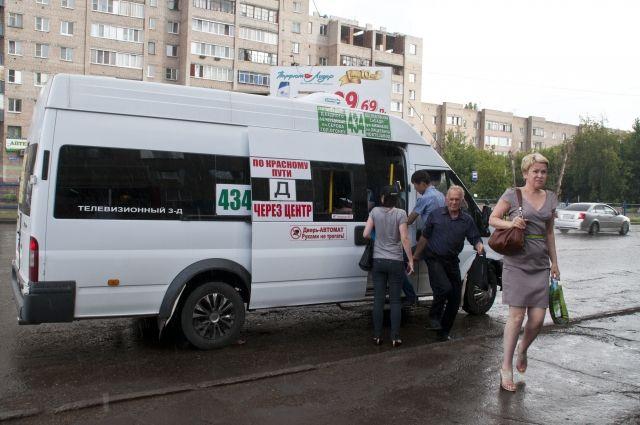 В Омске пассажир держал отвалившуюся дверь маршрутки 10 километров