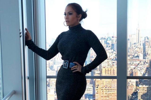 Голливудская певица и актриса Дженнифер Лопес официально объявила о помолвке с 43-летним бывшим бейсболистом Алексом Родригесом.