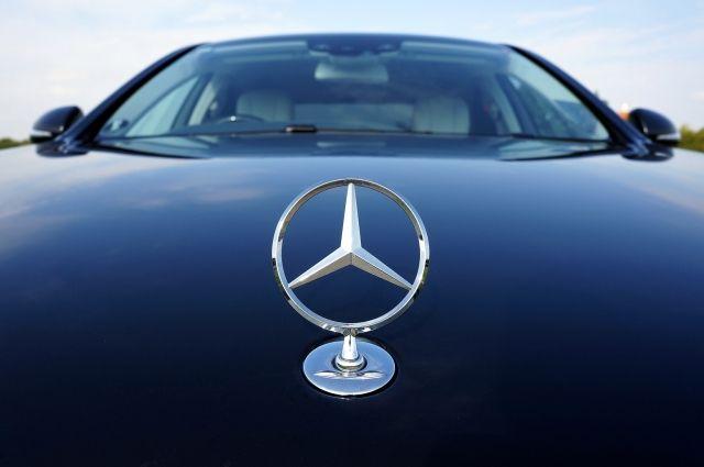 Mercedes пытался уйти от столкновения с автомобилем, но въехал в столб.
