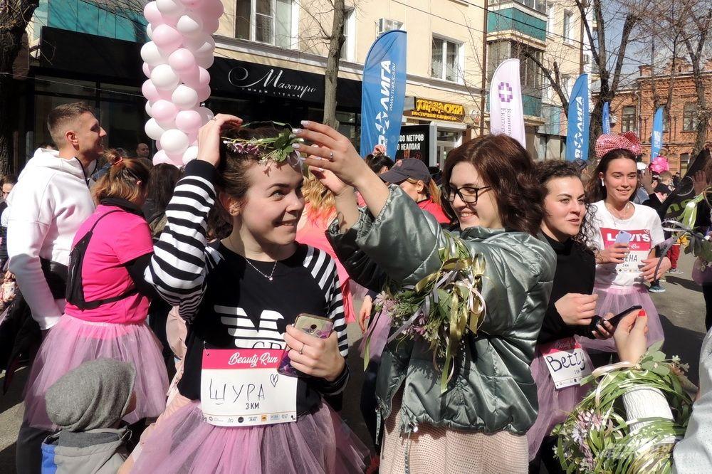 После финиша всем участницам забега надевали на голову венки.