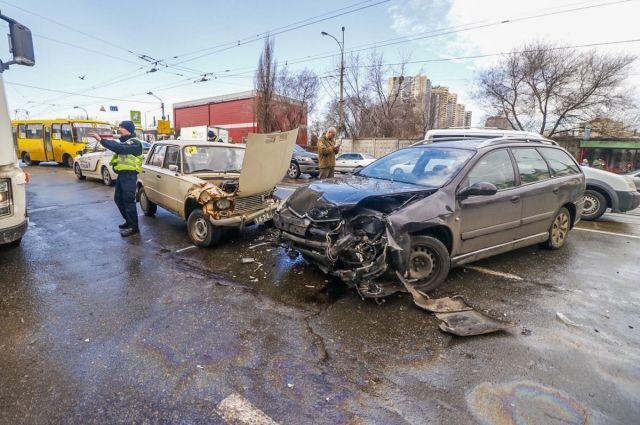 В Киеве мать с ребенком попали под колеса автомобиля