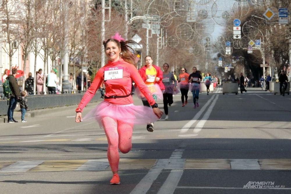 Ирина в красном тоже прибежала в числе первых.