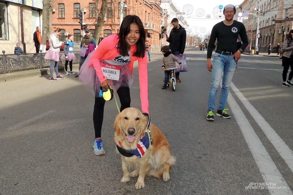 Эта девушка взяла с собой собаку.
