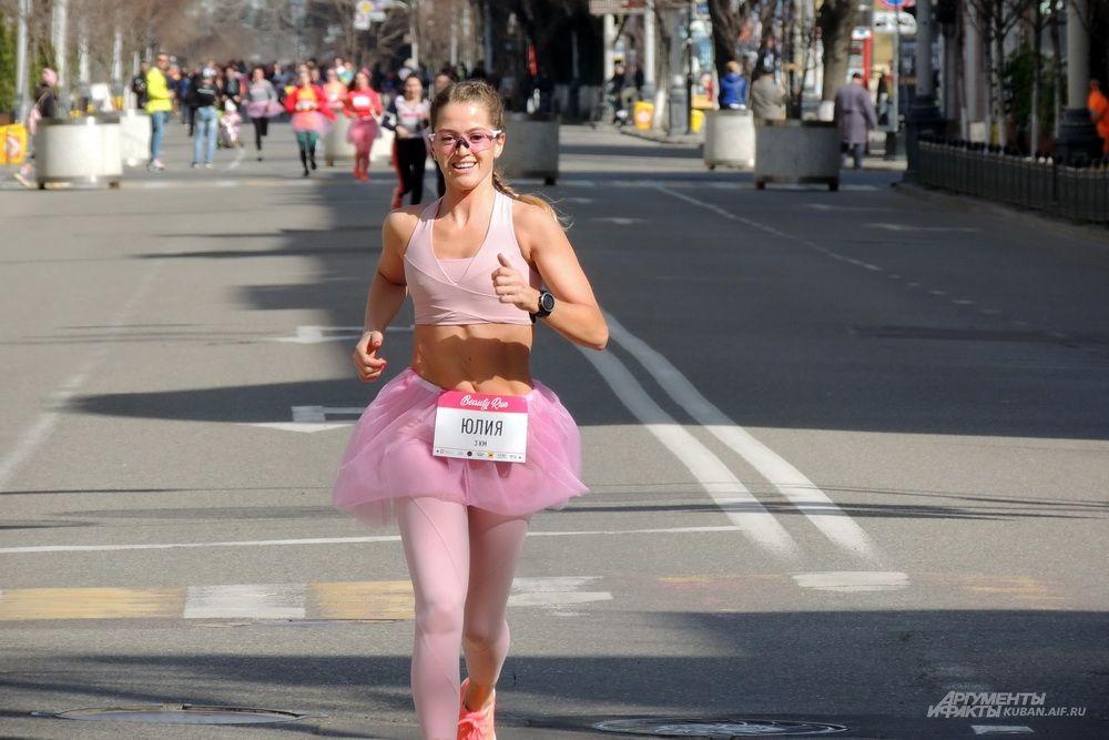 Первой к финишу прибежала участница забега по имени Юлия.