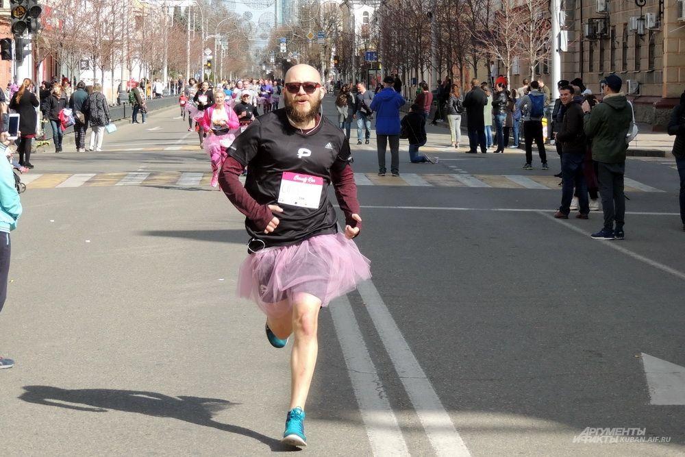 В забеге приняли участие и несколько парней, которым пришлось для этого надеть розовые юбки-пачки.