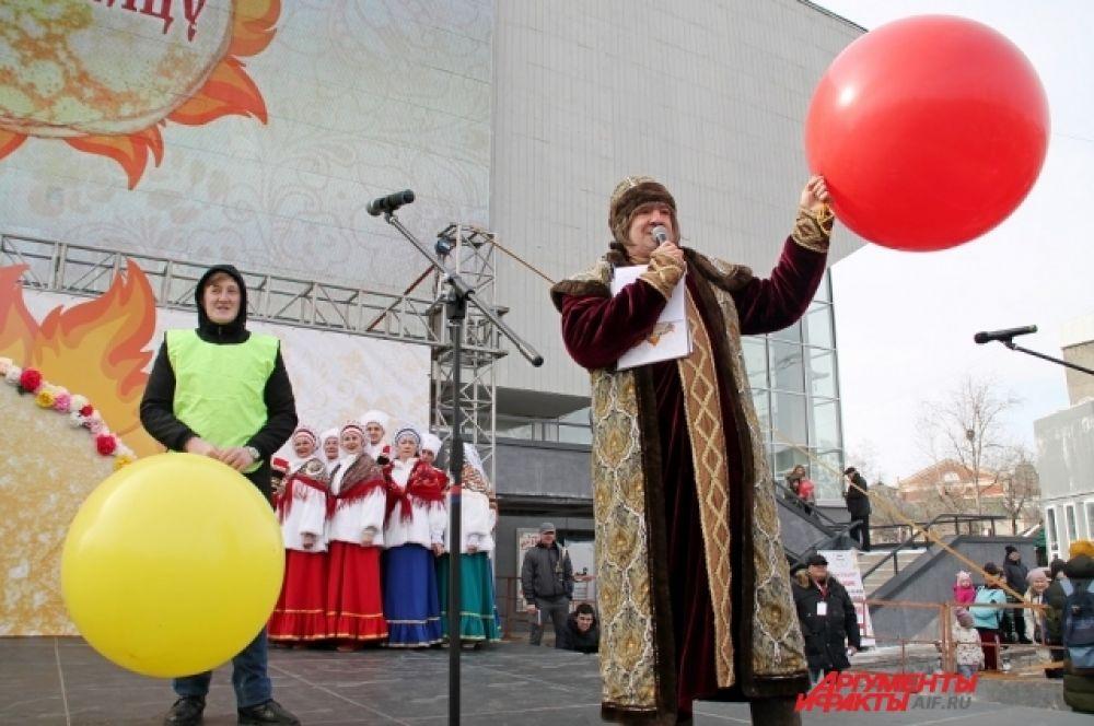 На сцене выступали ансамбли, проводили различные конкурсы.
