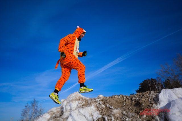 Очень белый бег. Сотни сибиряков пробежали по весеннему льду Обского моря