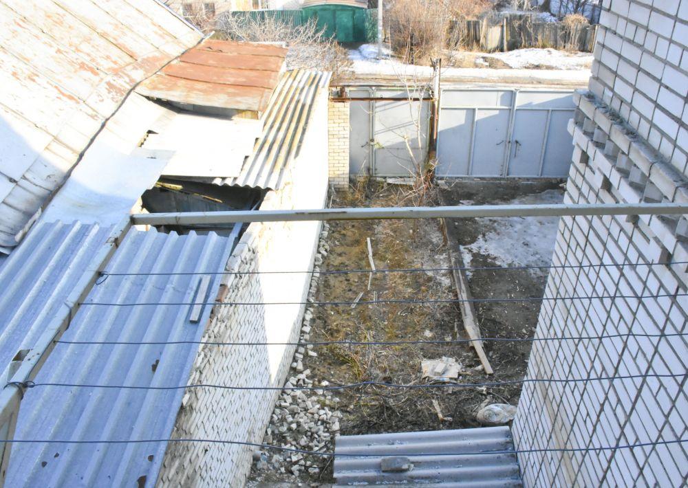Жильцы отмечают, что женщина из соседнего дома захватила часть их территории, о чем свидетельствует криво установленный ею забор, за которым расположен не дом, а обычная пристройка, в которой никто не живет.