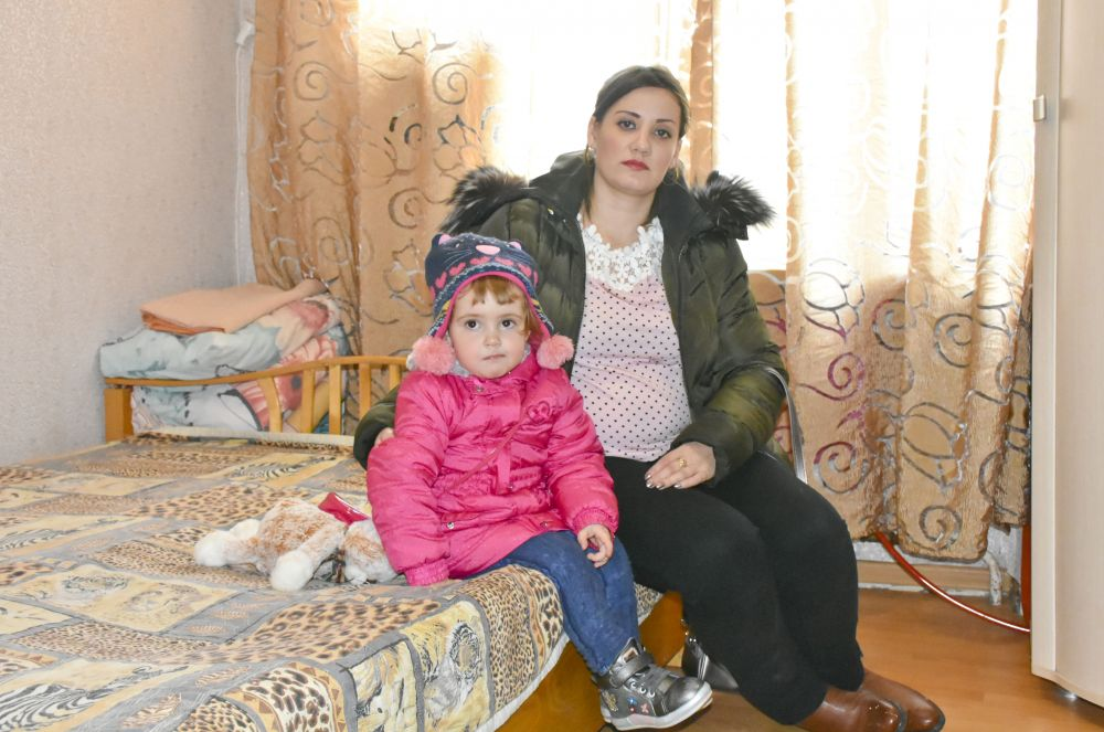 В доме проживают семьи с детьми и беременная девушка.