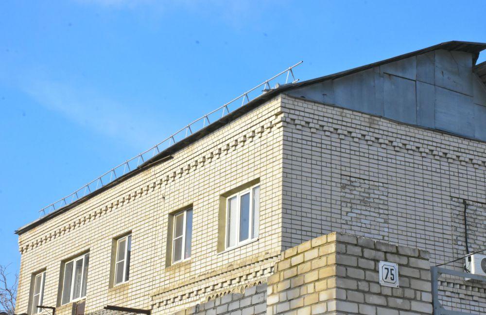 Ради сохранения дома жильцы даже установили на крыше перила в целях пожарной безопасности.