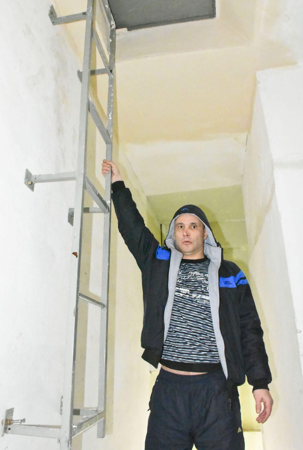 В подъезде по правилам пожарной безопасности жильцы сделали лестницу на крышу.