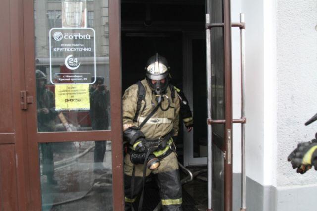 До прибытия спасателей 15 человек самостоятельно эвакуировались из здания, никто не пострадал.