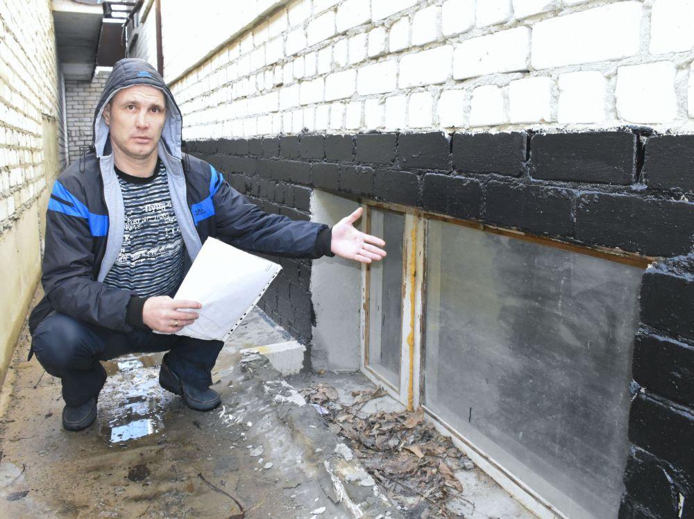 В подвале жильцы выполнили гидроизоляцию стен и сделали окно, чтобы не нарушать требования пожарной безопасности, о чем когда-то не позаботился застройщик.